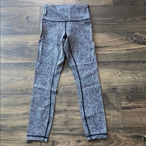 LULULEMON Black White Print Wunder Under 7/8 Sz 4